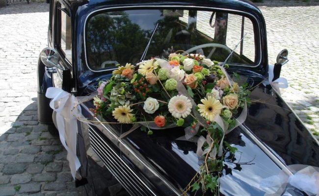Hochzeit Auto Blumenschmuck2